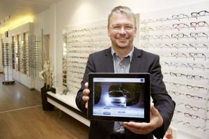 Augenoptiker Thomas Nicolaus demonstriert mittels iPad®, welche Vorteile der Kunde mit den neuen Brillengläsern einmal haben wird. Foto: Krum