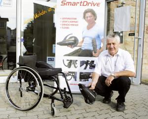 Sanitätshaus-Inhaber Karl-Friedrich Wagener führt vor, wie einfach und schnell der Einbau des Zusatzmotors an einem handelsüblichen Rollstuhl funktioniert. Foto: nh