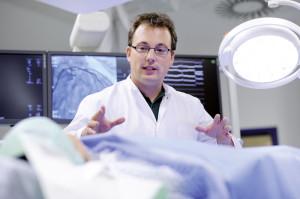 Oberarzt Andrej Jurgilewitsch im Herzkatheterlabor. Foto: Schoelzchen