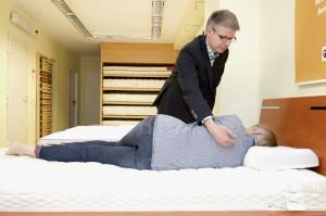 Jürgen Gaebler erklärt, auf was man bei der Wahl eines Nackenstützkissens achten sollte. Foto: Mario Zgoll