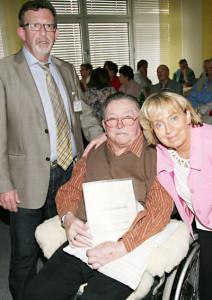 Das letzte Gründungsmitglied des Vereins Otto Wintersohle wurde für sein Engagement mit der Ehrenmitgliedschaft ausgezeichnet. Auf dem Foto zu sehen mit Karl-Heinz Scriba und Gerlinde Beil. Foto: nh