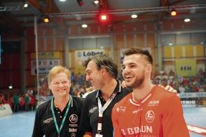 """Trainer Michael Roth und Handballnationalspieler Michael Allendorf vertrauen auf das Können des """"Kniepapstes"""". Foto: Hartung"""
