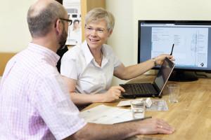 Beate Gaebler im Beratungsgespräch mit einem Kunden. Foto: Betten Gaebler