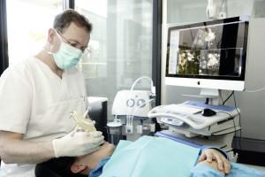 Für das Setzen von Implantaten nutzt Dr. Dr. Arwed Ludwig ein Navigationssystem. Operationen lassen sich damit besser planen und umsetzen. Foto: Mario Zgoll