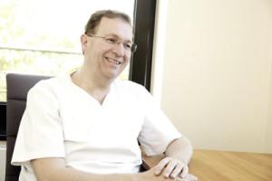 Priv.-Dozent Dr. Dr. Arwed Ludwig ist mit Leidenschaft MKG-Chirurg. Foto: Mario Zgoll