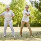 Senioren trainieren mit Reifen im Sommer für mehr Fitness