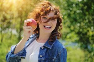 Leben mit Biss: Wer seine Zähne gut pflegt, hält sie ein Leben lang gesund. Foto: © mariesacha - Fotolia.com