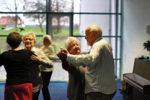 Marieluise König und Gerhard Clemens (rechts) üben den Tango Argentino beim Tanz-Treff in der SWA Lindenberg. Christa Rommel (2. von links) übt die Schritte mit Tanzlehrerin Susanne Helalat. Foto: © Gesundheit Nordhessen