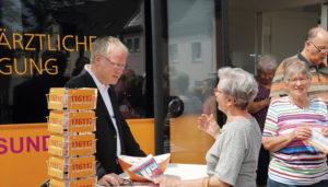 Dr. Matthias Roth, der Medibusarzt, im Gespräch mit einer Bürgerin. Foto: © Petra Bendrich KV Hessen