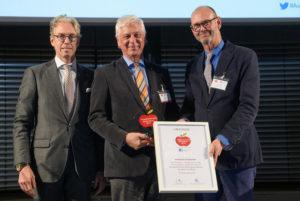 Nahm den Innovationspreis 2019 entgegen: Dr. Eckhard Starke (Mitte) von der Kassenärztlichen Vereinigung Hessen (KVH). Foto: KVH