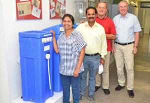 Im Bild: der blaue Wasserfilter PAUL, Salome Shindhe, Paul Shindhe, Prof. Dr.-Ing. Franz-Bernd Frechen und Reinhold Hocke (v.l.). Foto: nh