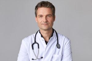 Dr. Schmidt-Sibeth von TeleClinic ist Facharzt für Allgemeinmedizin. Foto: obs/TeleClinic