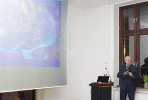 """Prof. Dr. med. Andreas Ferbert während seines Vortrags zum Thema """"Geist und Gehirn"""". Foto: Hans Martin Krause"""