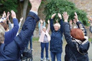 Trainerin Renate Bauer (Bildmitte) in Aktion mit den Senioren. Foto: Christina Schroeder