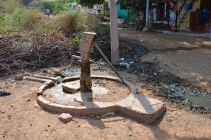 Derartige Wasserstellen sind in den ärmeren Ortsteilen die Regel. Es ist nicht schwer vorstellbar, dass hier gezapftes Wasser für Magen- und Darmprobleme sorgen kann. Fotos: Reinhold Hocke/Franz-Bernd Frechen