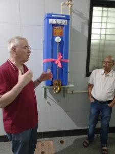Reinhold Hocke (links) nimmt Wasserfilter PAUL im German Hospital in Gadag offiziell in Betrieb. Fotos: Reinhold Hocke/Franz-Bernd Frechen