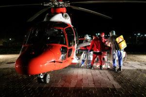 Die Johanniter Luftrettung nimmt einen Patienten auf. Foto: Gesundheit Nordhessen