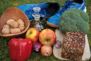 Wer erhöhte Cholesterinwerte hat, profitiert von regelmäßiger Bewegung und einer gesunden Ernährung mit Ballaststoffen und ungesättigten Fettsäuren. Foto: obs/Symbio Gruppe GmbH & Co KG/A. Hecht